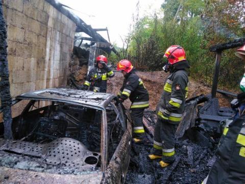 72 strażaków walczyło z ogniem. Spłonął budynek i samochód
