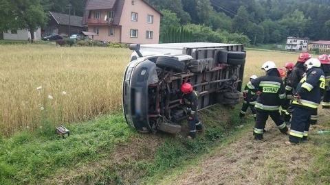 """""""Dostawczak"""" wyleciał z drogi. DK-75 się kłania a dwie osoby trafiły do szpitala"""
