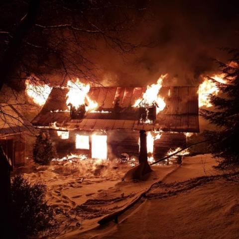 W Piwnicznej spłonął budynek. Strażacy przez kilka godzin gasili pożar