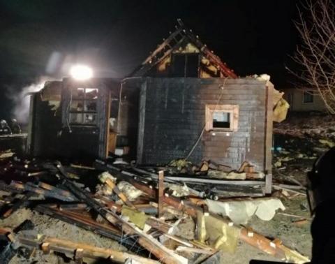 W Białej Niżnej spłonął drewniany dom. Strażacy kilka godzin gasili pożar