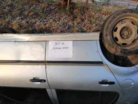 """Samochód na dachu w rowie, a na drzwiach kartka: """"Jest OK. Zabiorę rano"""""""