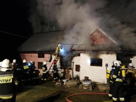 Wielki pożar w Kasinie Wielkiej. Starsze małżeństwo pozostało bez dachu na głową