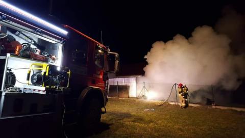 Nocny pożar koło Limanowej. Mężczyzna z oparzeniami twarzy trafił do szpitala