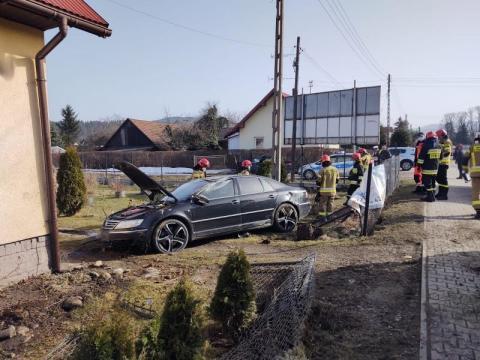 Wypadek na ul. Nawojowskiej. Auto skosiło ogrodzenie, uderzyło w studnię i słup