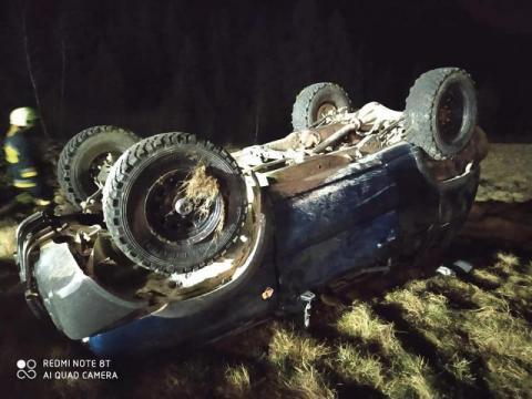Groźny wypadek w Rytrze. Samochód wypadł z drogi i dachował, a co z ludźmi?