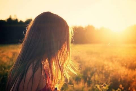 Kobieta i promienie słońca