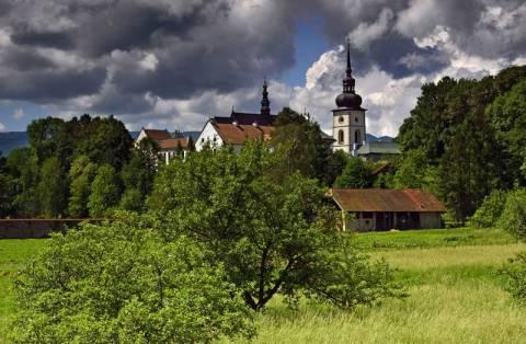 Stary Sącz: Czterdzieści metrów stali zasłoni klasztor? Gmina wygrała z PKP PLK