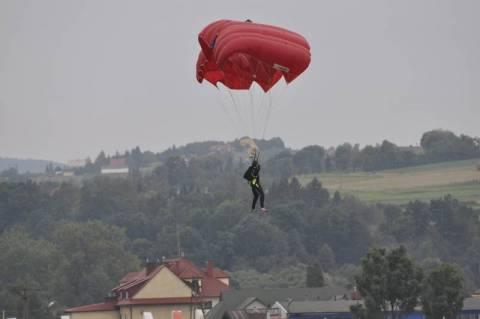 spadochroniarz wylądował na samochodzie podczas pokazu lotniczego w Łososinie