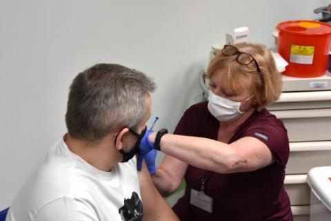 Chełmiec: przez dwa będą szczepić przeciw COVID-19 w podstawówce