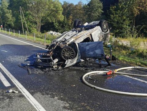Groźny wypadek na DK-28 w Paszynie. Samochód dachował, a potem stanął w ogniu