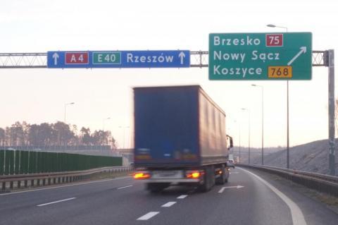 Skoczył z wiaduktu, wpadł do kabiny ciężarówki. Tragedia na autostradzie A4