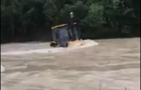 Rzeka porwała ciągnik z traktorzystą. Trwa akcja ratunkowa [FILM]