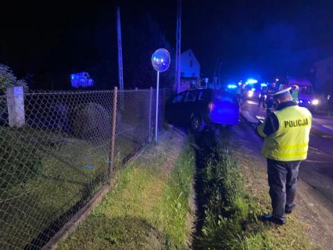 Ich samochód rozbił się w nocy na ul. Falkowskiej. Uderzył w ogrodzenie i słup