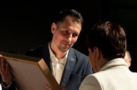 Wojciech Mróz przyjmuje gratulacje od wicepremier Beaty Szydło. Fot. Maciej Nowak