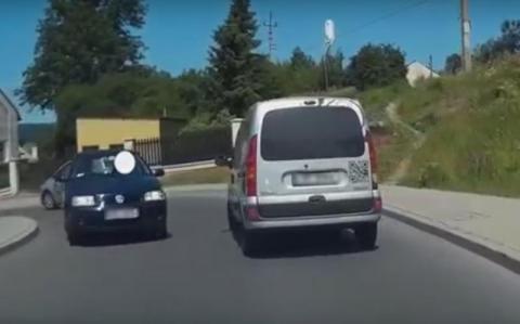 Uciekajcie z drogi. Tego kierowcę znaki nie obowiązują