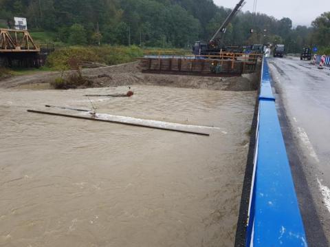 Tonie budowa tymczasowego mostu na Kamienicy. Wojskowi nie odpuszczają
