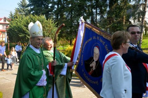 Biskup Stanisław Salaterski poświęcił sztandar szkoły w Michalczowej