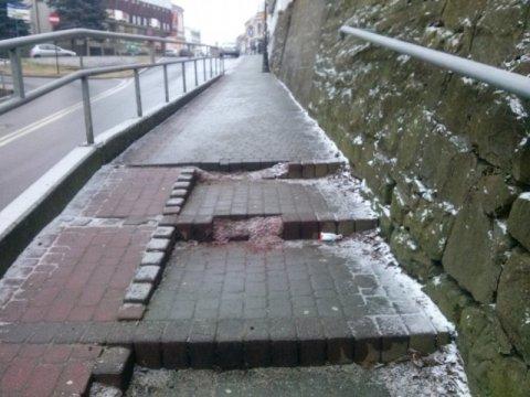 """Kto """"poobgryzał"""" schody na Kościuszki? Ile i kogo """"bije po kieszeni"""" fikołek na lodzie?"""