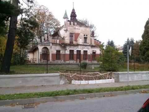 Sukces: Willa Marya ma wyremontowany murek. Kiedy odrestaurują sam budynek?