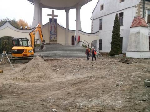 Stary Sącz: Trwa remont dziedzińca w klasztorze Klarysek [ZDJĘCIA]
