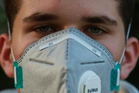 Maseczka - symbol pandemii. Działa jak szczepionka czy może szkodzi zdrowiu?