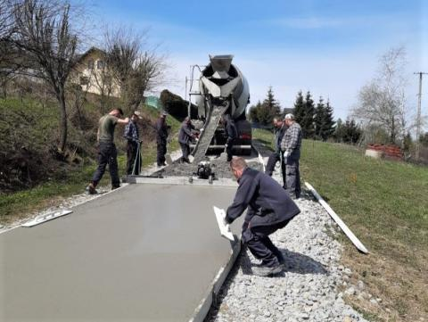W Lipnicy Wielkiej twardnieje beton. Za 2 tygodnie będzie można tędy przejechać