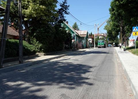 Jest nowy asfalt i zbudowali chodniki. Mamy kolejny kawał drogi po liftingu