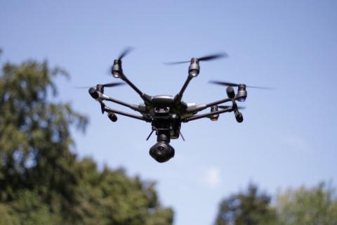 Lecą do nas drony, które zawstydzają spacerowiczów. Namierzają kaszlących