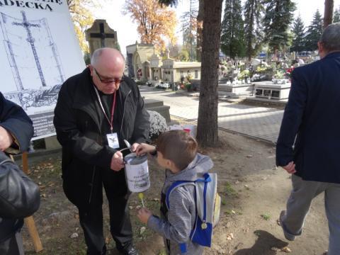 Wolontariusze kwestują na sądeckich nekropoliach, fot. Iga Michalec