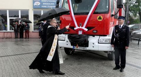 Strażacy świętowali w strugach deszczu i jeszcze ich ksiądz mocno pokropił
