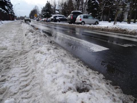 hałdy śniegu zalegają przy dojściach do pasów, fot. Iga Michalec