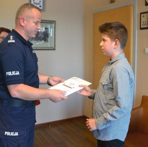 12-latek znalazł rozrzucone pieniądze na chodniku. Nagrodził go sam komendant