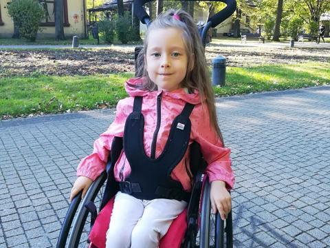 7-letnia Emilka choruje na rdzeniowy zanik mięśni. Potrzebuje wsparcia
