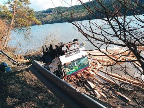 Z ostatniej chwili: wypadek na drodze krajowej 75. Ciężarówka wpadła do jeziora