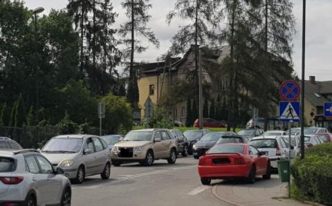 Pacjenci nie mają gdzie zaparkować wokół szpitala. Fot. IM