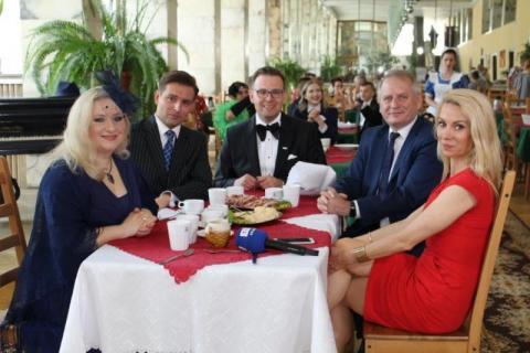 Od lewej: artyści; Magdalena Pilarz-Bobrowska, Jakub Oczkowski, Łukasz Lech i Grzegorz Biedroń, prezes spółki Uzdrowisko Krynica-Żegiestów oraz Małgorzata Opczowska TVP3 Kraków