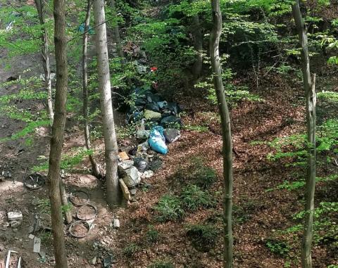 Z przekaźnika na Chruślicach rozciąga się niebywały widok na... wodospad śmieci