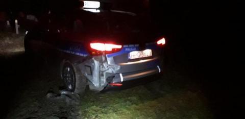 Sceny, jak z filmu kryminalnego. Policyjny pościg, uszkodzony radiowóz i dom
