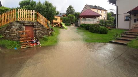 Żywioł nie oszczędził Kamionki Wielkiej, woda jak Niagara podbierała drogi