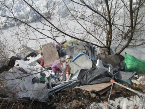 Dzikie wysypisko śmieci nad Dunajcem