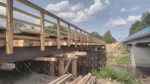 Stary most idzie do rozbiórki, nowy dopiero budują. Jak przeprawić się przez Ropę w Klęczanach?