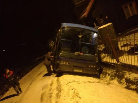 Wierchomla Mała: Autobus, którym jechało 30 osób przewrócił się na bok