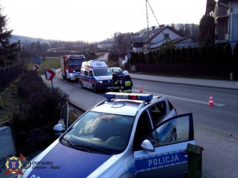 Motocyklista uderzył w przydrożny słup. Poważnie ranny został zabrany do szpitala