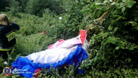 Paralotniarz utknął na górze Chełm. Zawisł na 7-metrowym drzewie