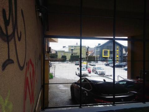 Nowy Sącz: Tajemnicza krata przy ulicy Lwowskiej. Co się stało ze schodami?