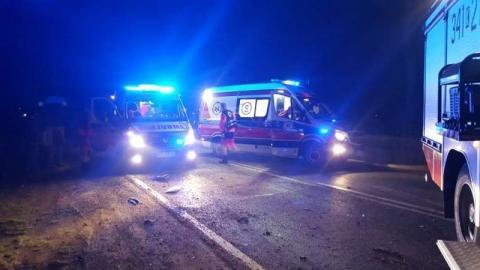 Mszana Górna: samochód wjechał do rzeki, dwie osoby zabrało pogotowie