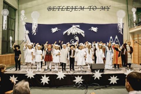 Taniec pasterzy i aniołów w szkole podstawowej. Dziadkowie nie kryli wzruszenia!