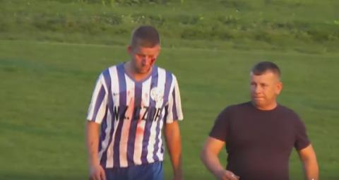 """Piłkarz strzelił """"z główki"""" w twarz przeciwnikowi z murawy"""