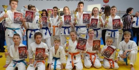 Młodzi mistrzowie karate z Nowego Sącza przywieźli medale z Jasła