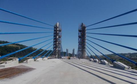 Kiedy finał budowy? Kończą mocować gigantyczne wanty na moście w Kurowie